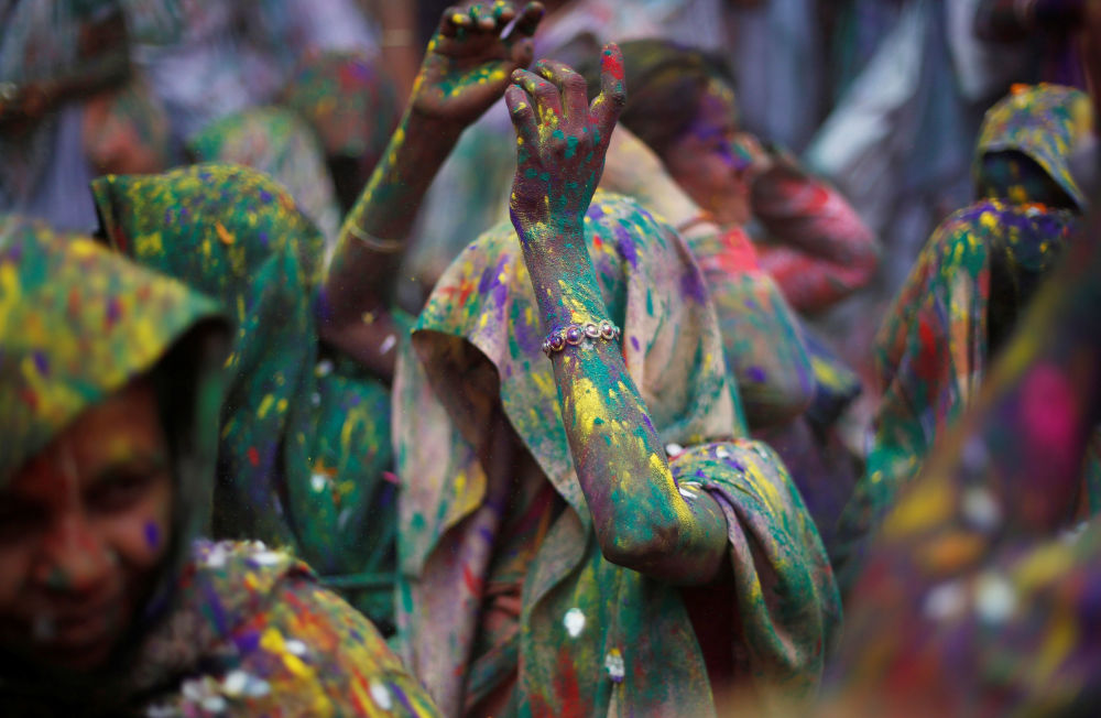 Widows daubed in colours dance as they take part in Holi celebrations in the town of Vrindavan in the northern state of Uttar Pradesh, India, February 27, 2018.